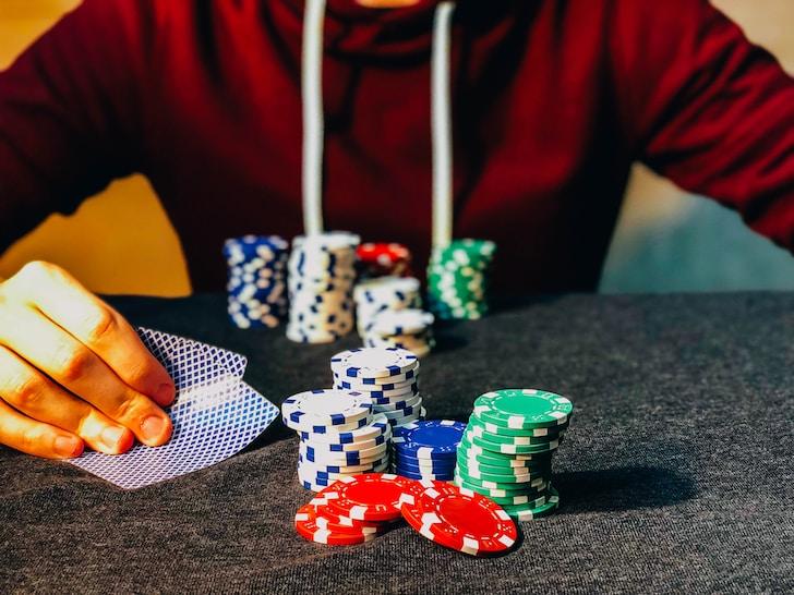 In entrambe le tipologie di poker si utilizza il mazzo francese da 52 carte escludendo i jolly ma, mentre nel poker alla texana si utilizzano tutte