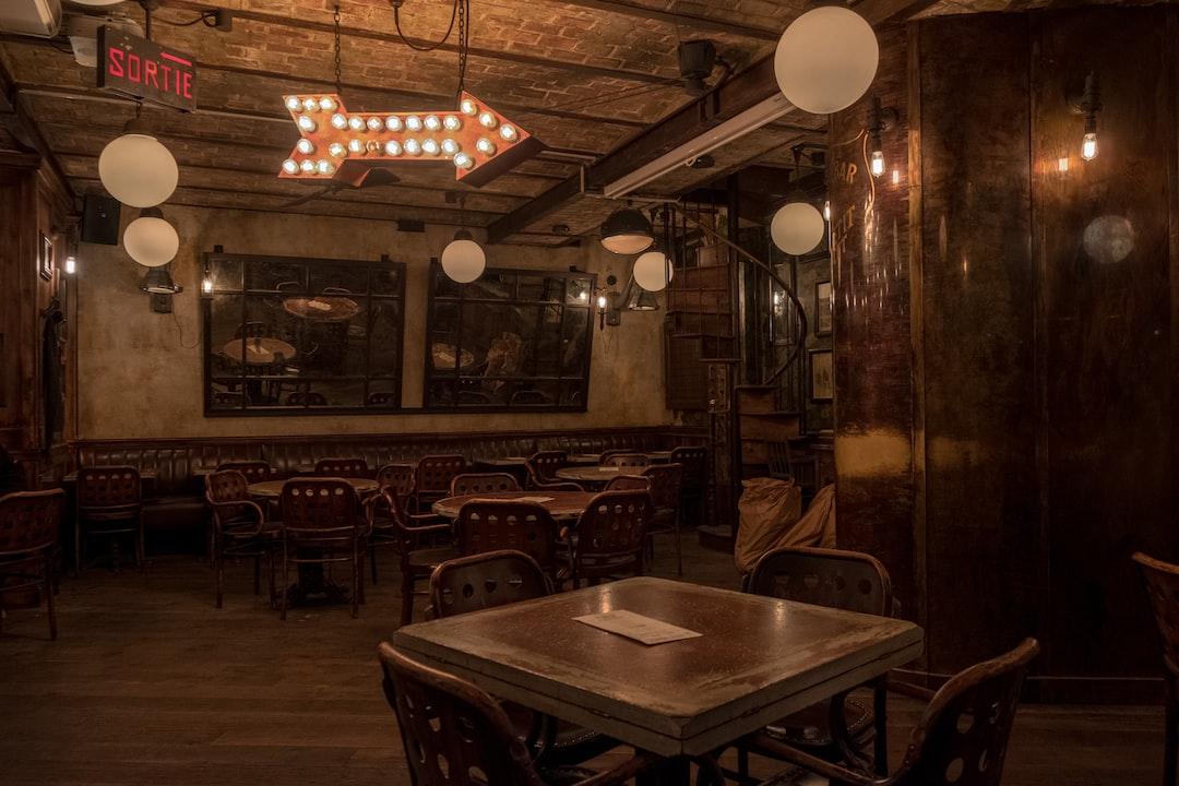 Ce café-brasserie possède une très belle décoration à base de boiseries anciennes et de mobilier vintage.