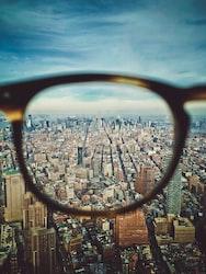 「色眼鏡で見る」の意味や由来などを徹底解説します!さらに例文や英語表記まで紹介!