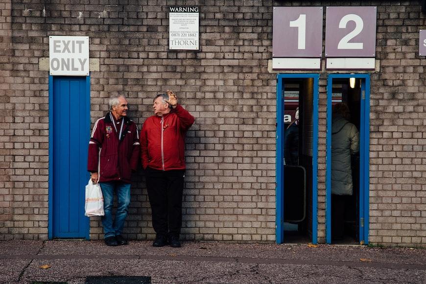 Deux hommes qui se discutent.   Photo : Unsplash