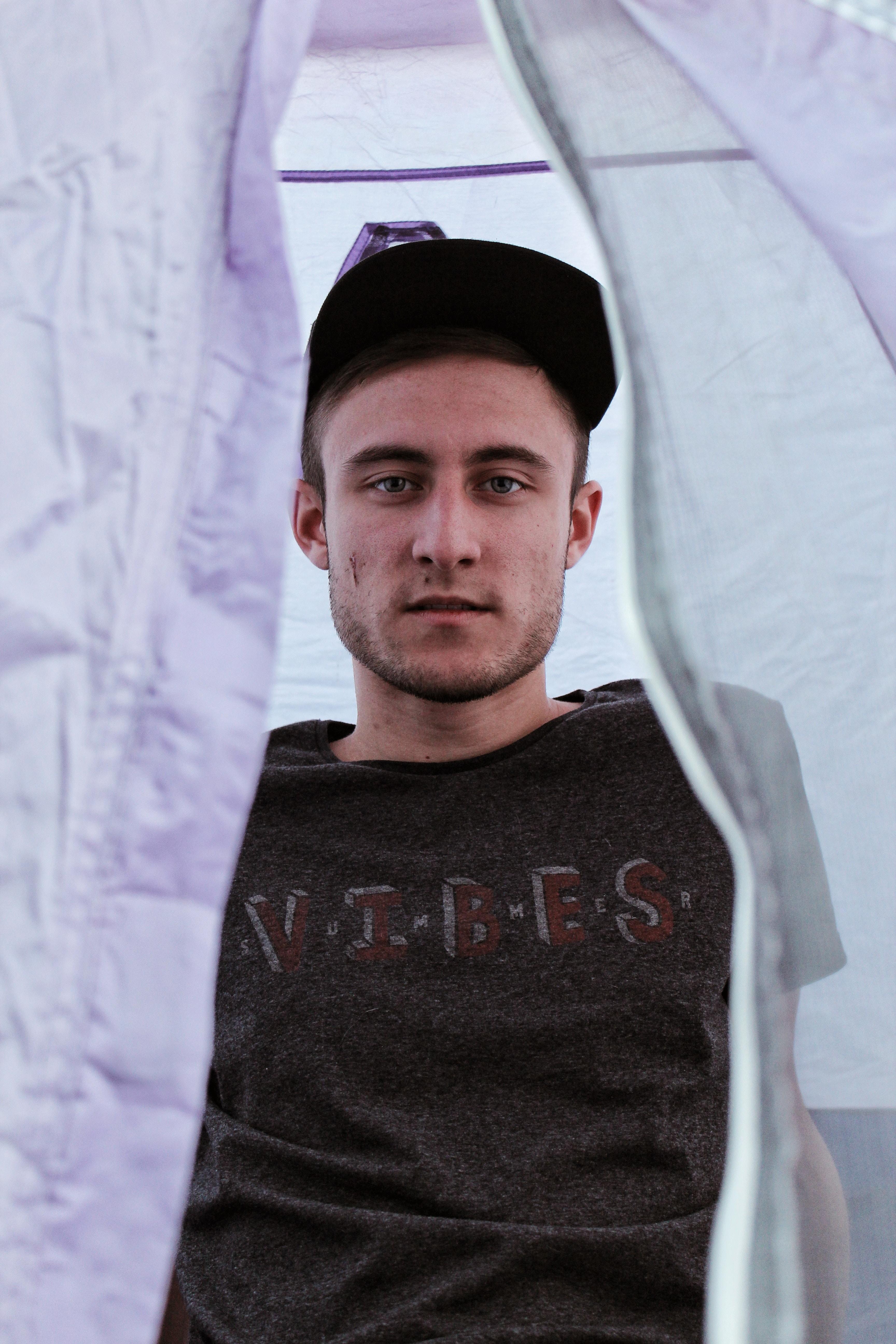 men's black vibes-printed crew-neck shirt