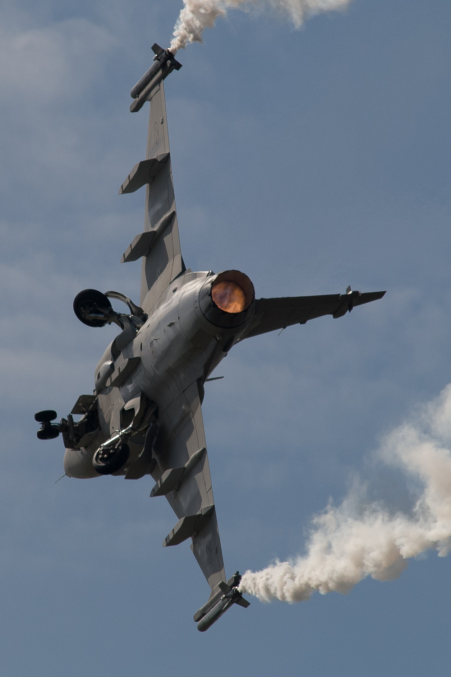 closeup photo of fighter jet during daytime