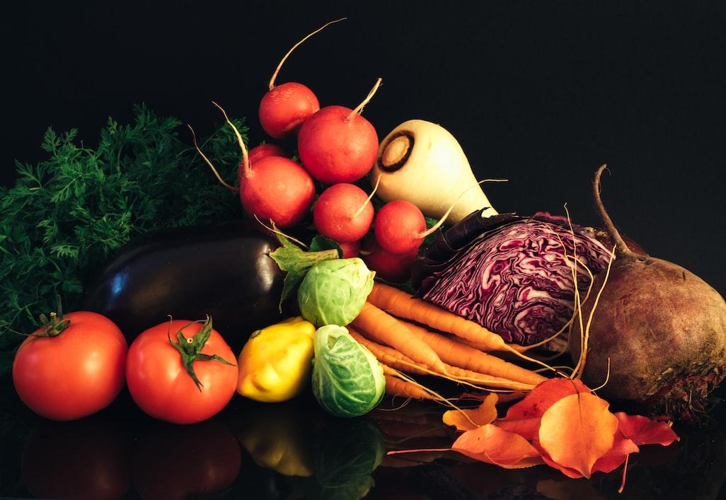 Gemüsesorten vor schwarzem Hintergrund