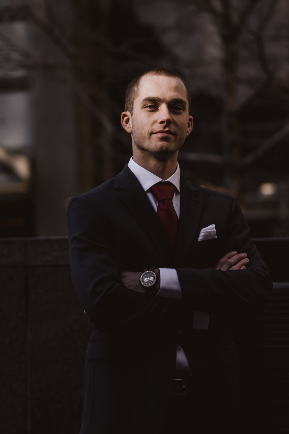 man wearing black notched lapel suit jacket in focus photography