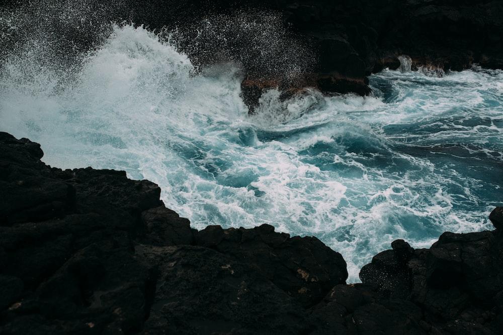ocean wave near rock