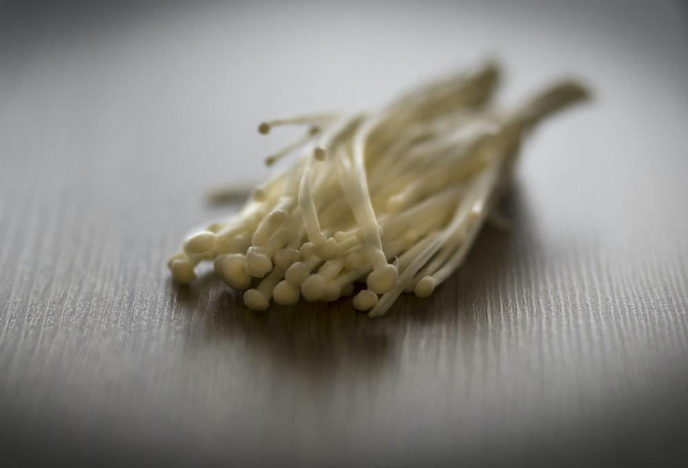 白い布に玄米粒