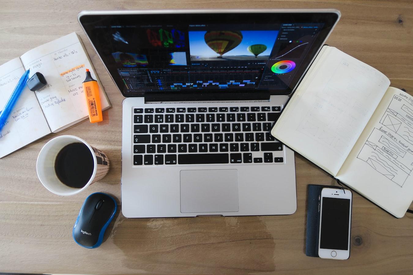 Buat Meja Kerja Senyaman Kita, kerja ga harus di kafe, kerja dari rumah, fokus kerja freelance, masbobz.com