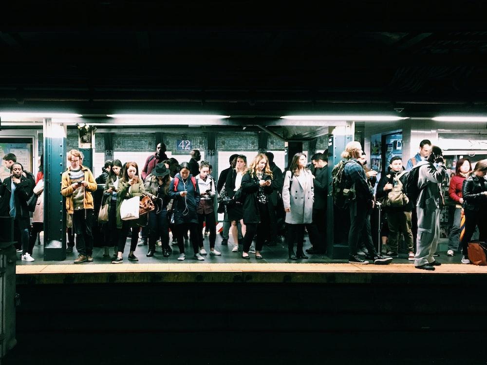 grupp med människor i tunnelbanan