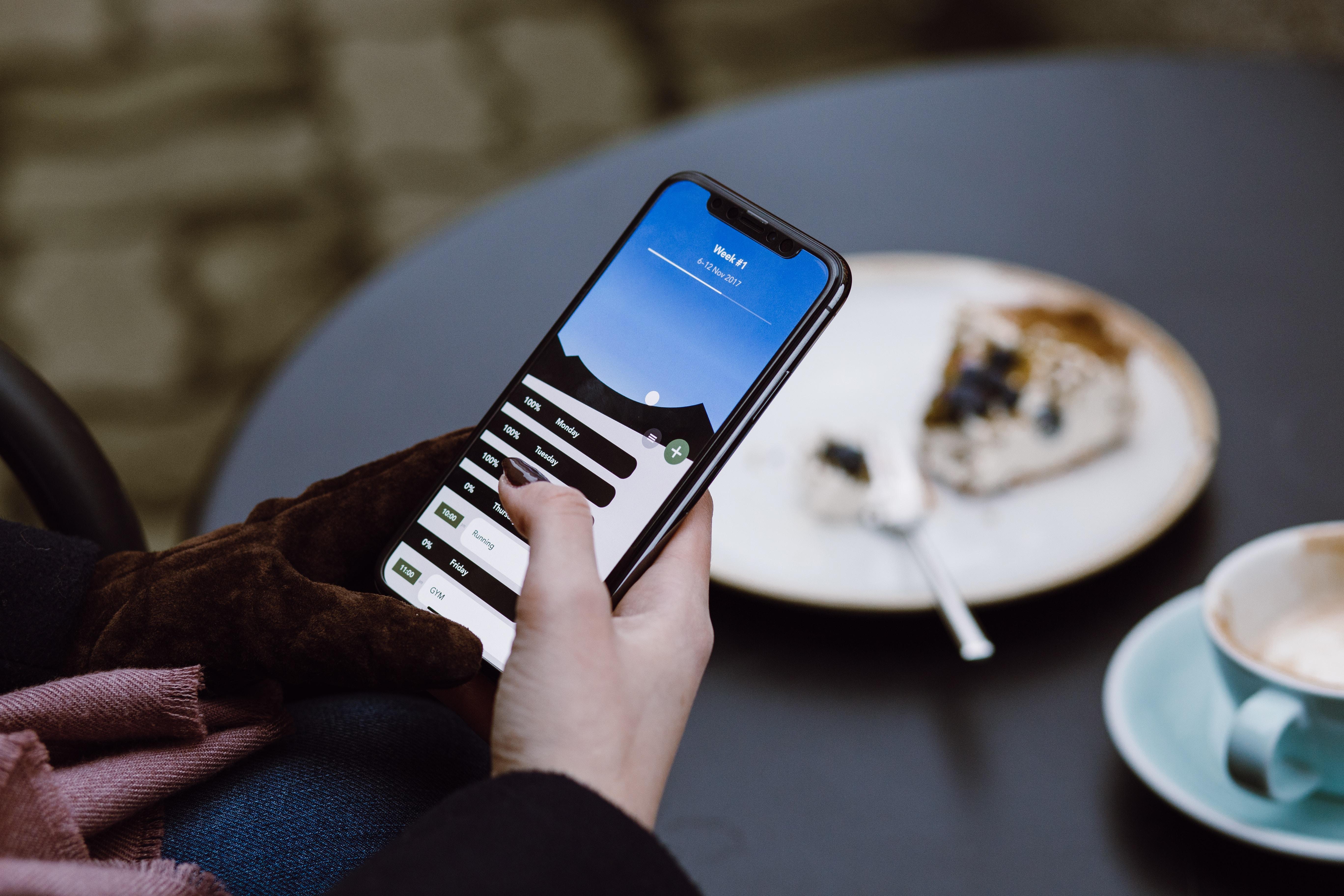 黒のスマートフォンを使用している人の選択的な焦点写真