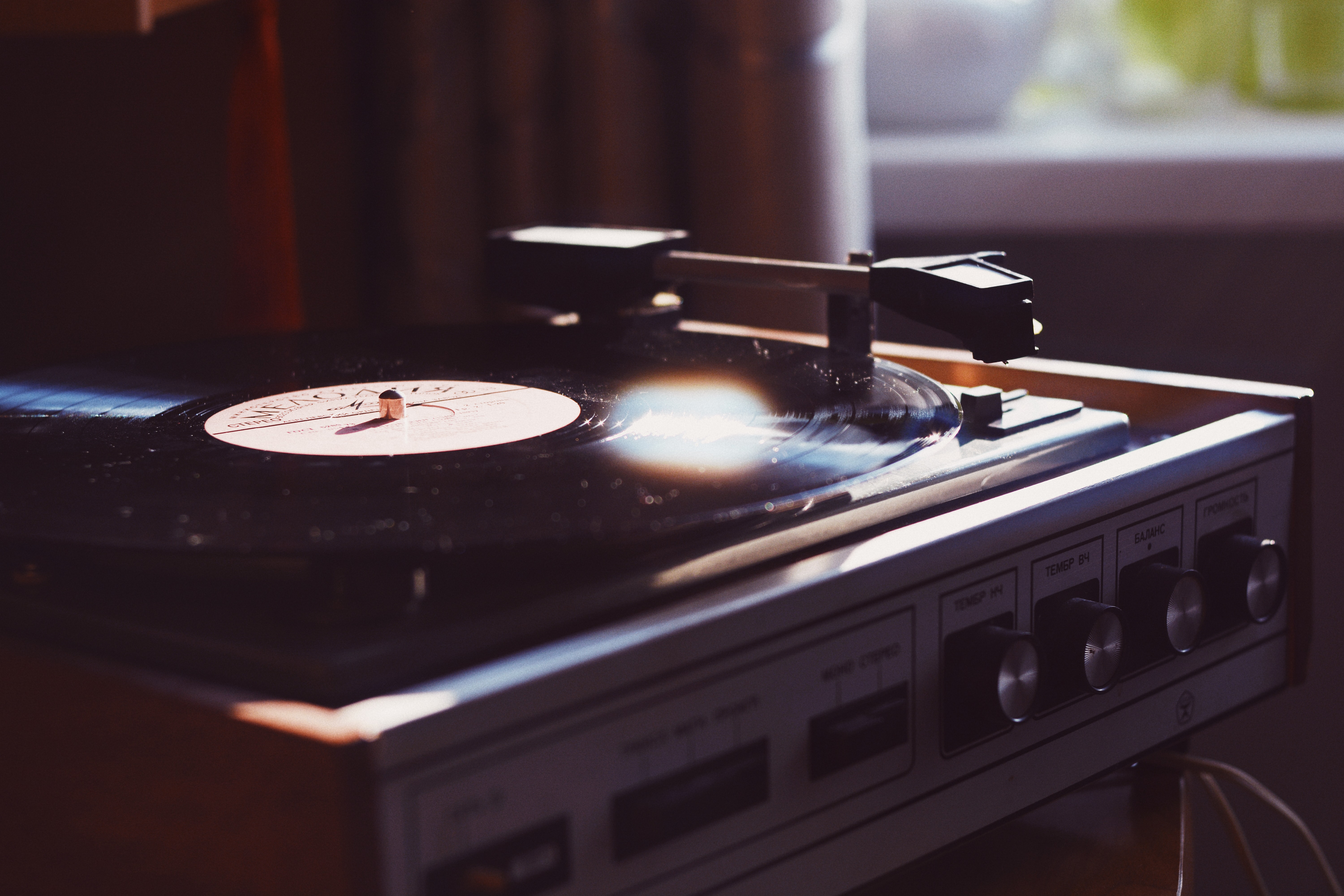 focus photo of vinyl player