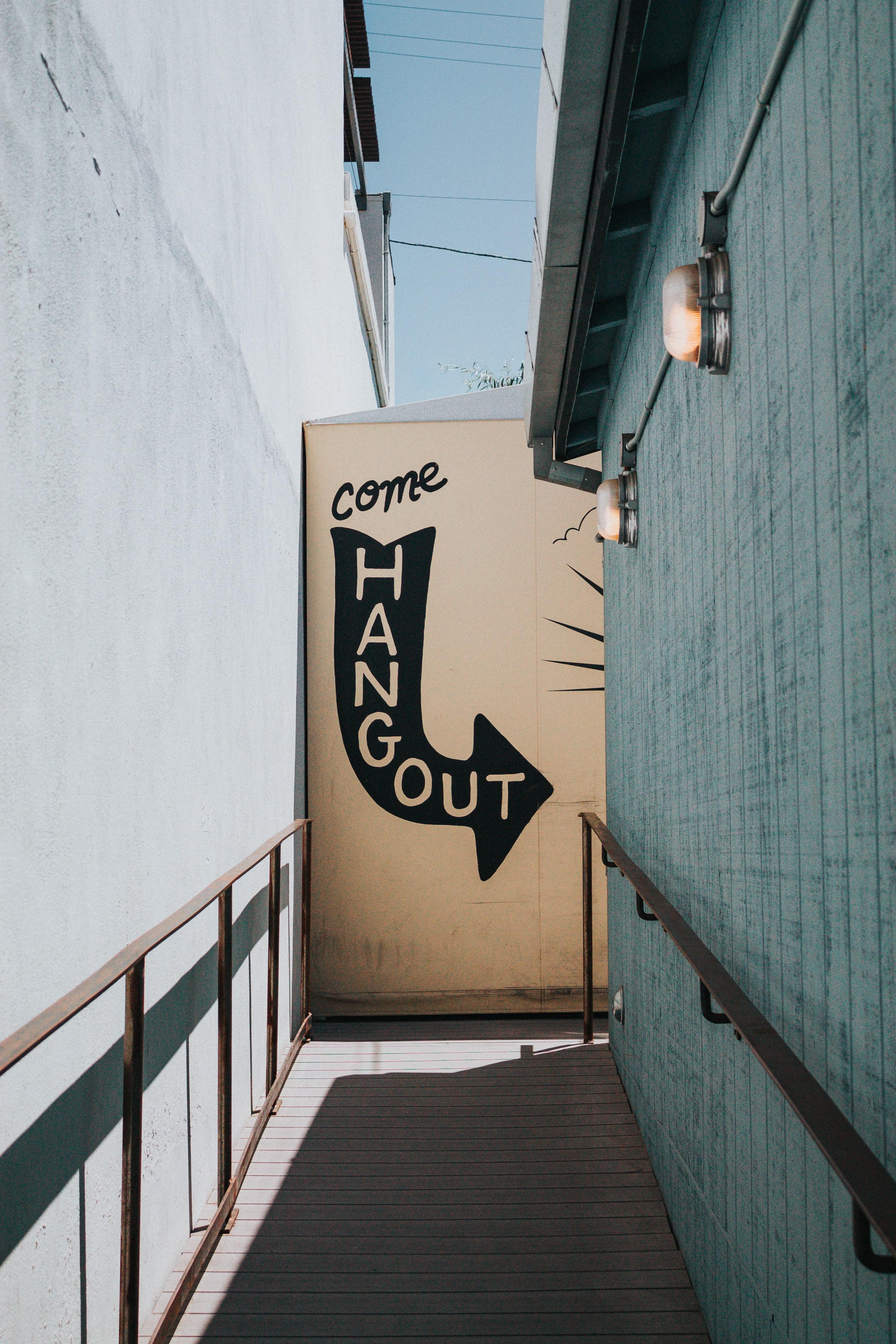 Come Hangout signage