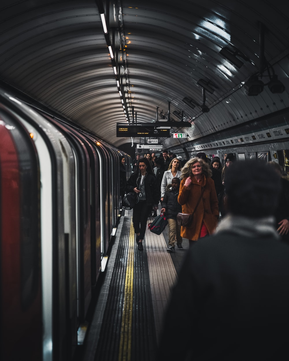 London Underground - People of the city | HD photo by Luke