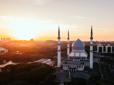 4-pillar mosque in front of rotunda during golden hour malaysia zoom background