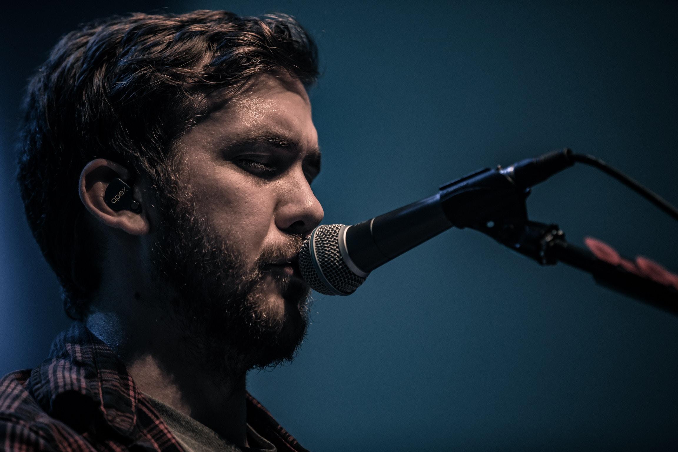 man singing close-up photography