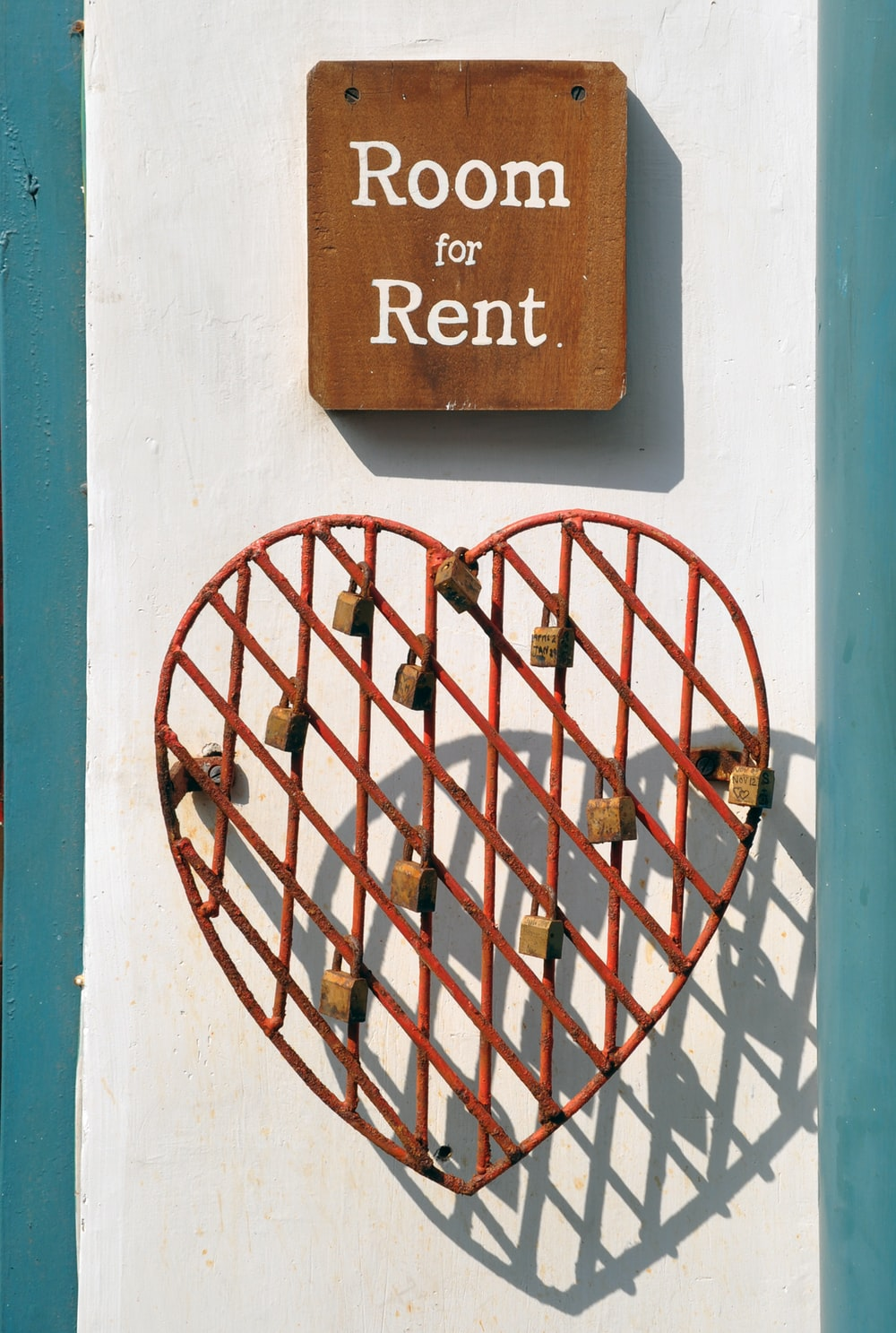 closeup photo of room for rent sign