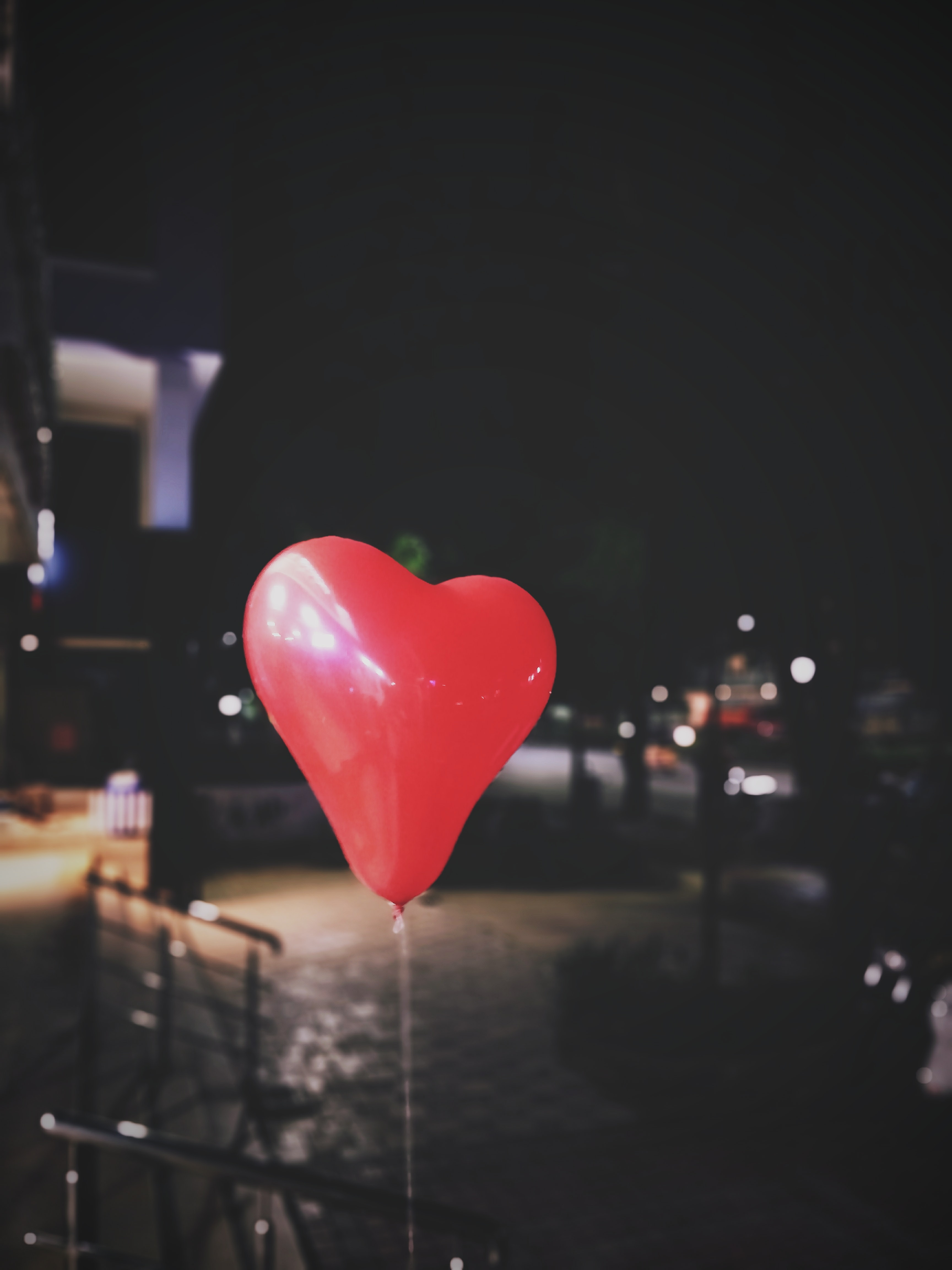 red heart balloon close-up photography