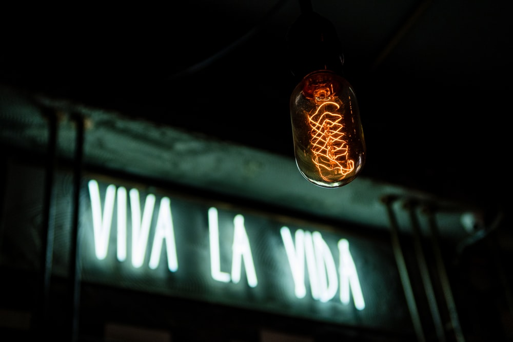 white and green viva la vida signage