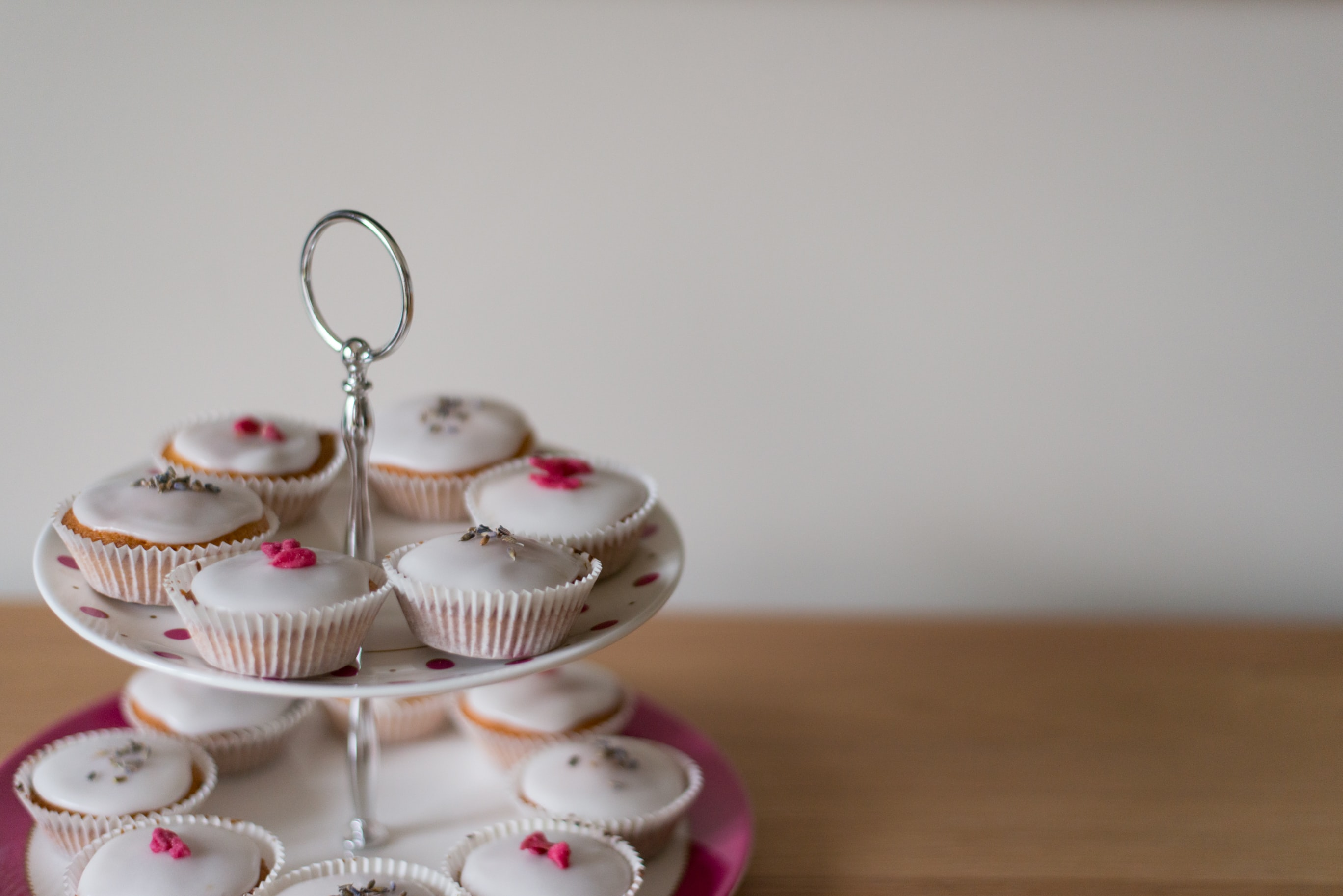 selective focus photography of cupcakes on tidbit