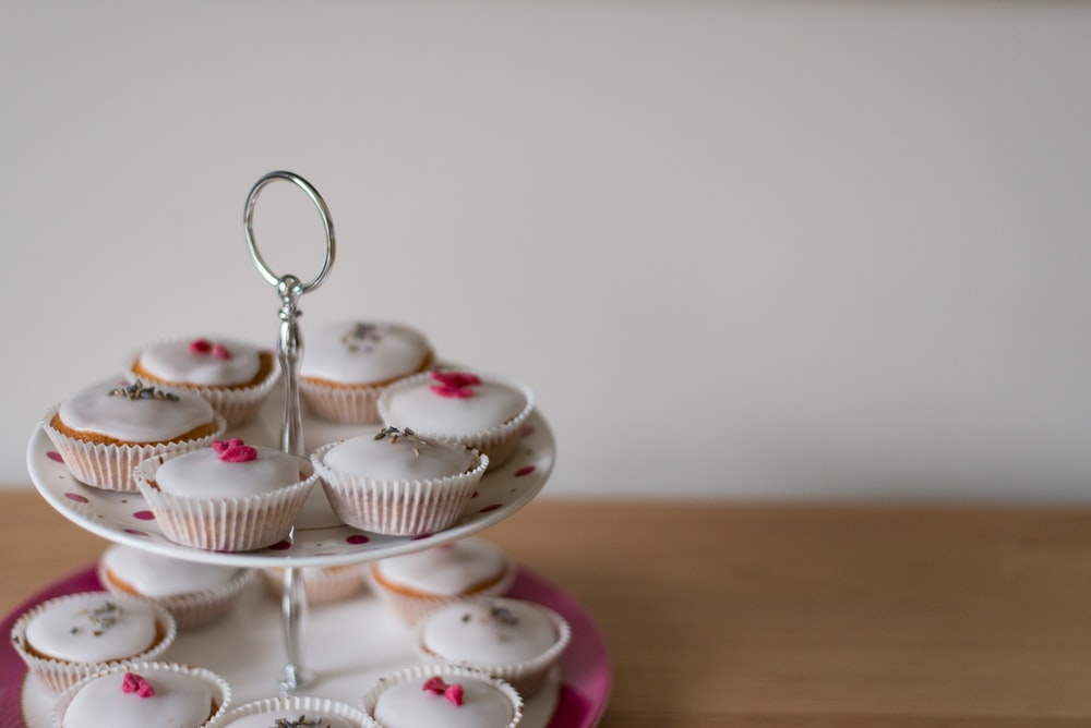 selective focus photography of cupcakes on tidbit