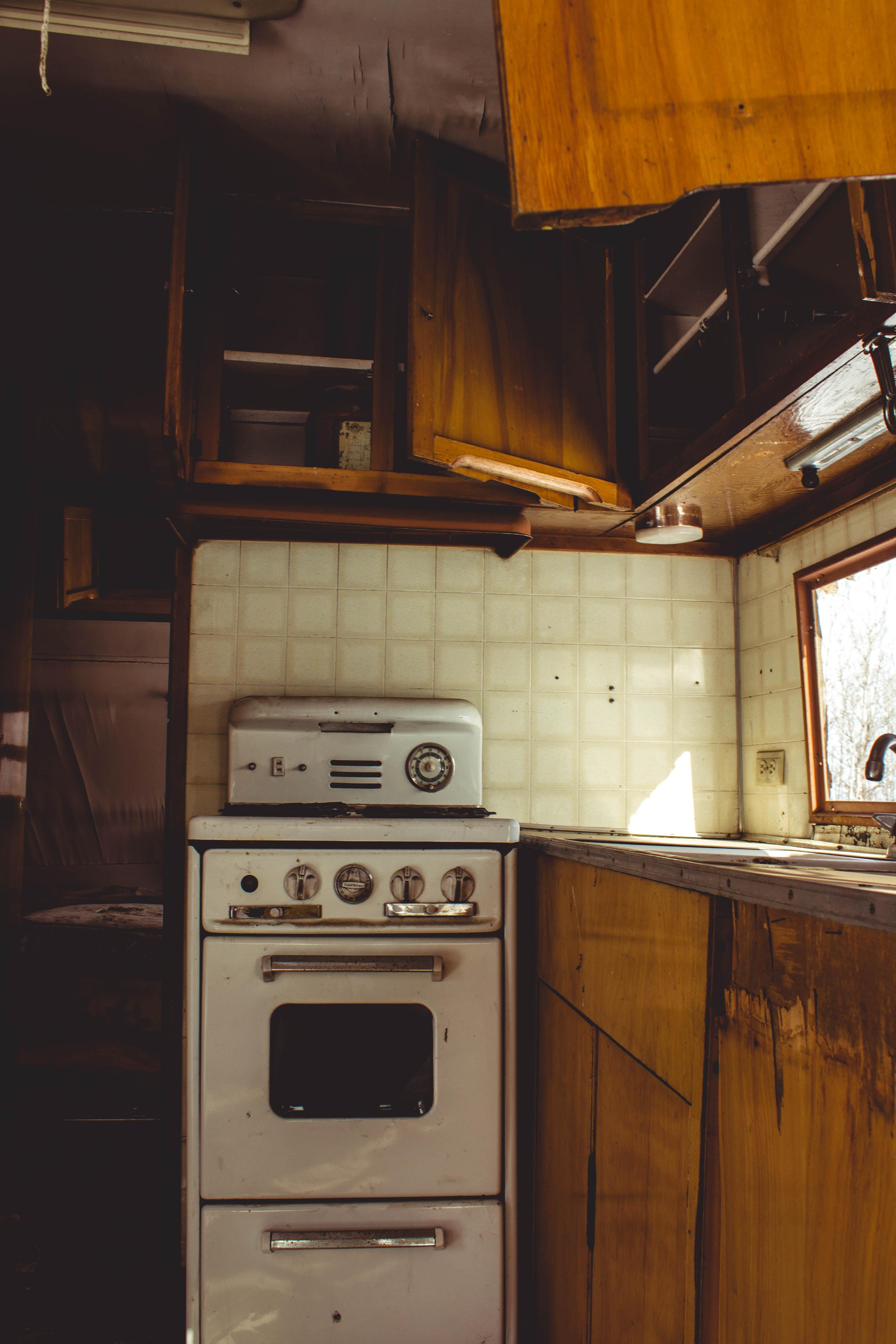 white freestanding oven in kitchen room