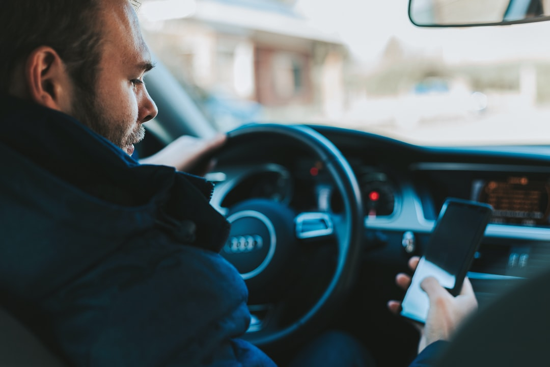 Representation of a person phoning at the wheel (this is a staging). Do not reproduce this dangerous behaviour on the road.