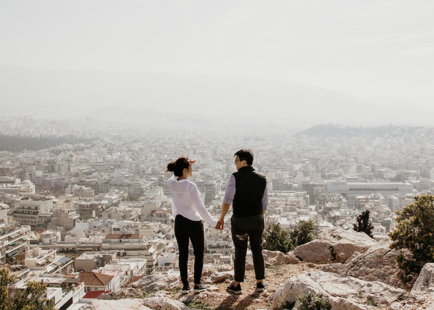 Пара на фоне города