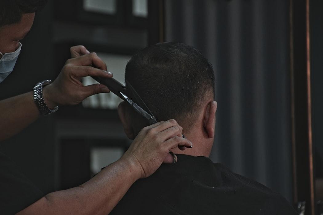 Ilustrasi pangkas rambut.