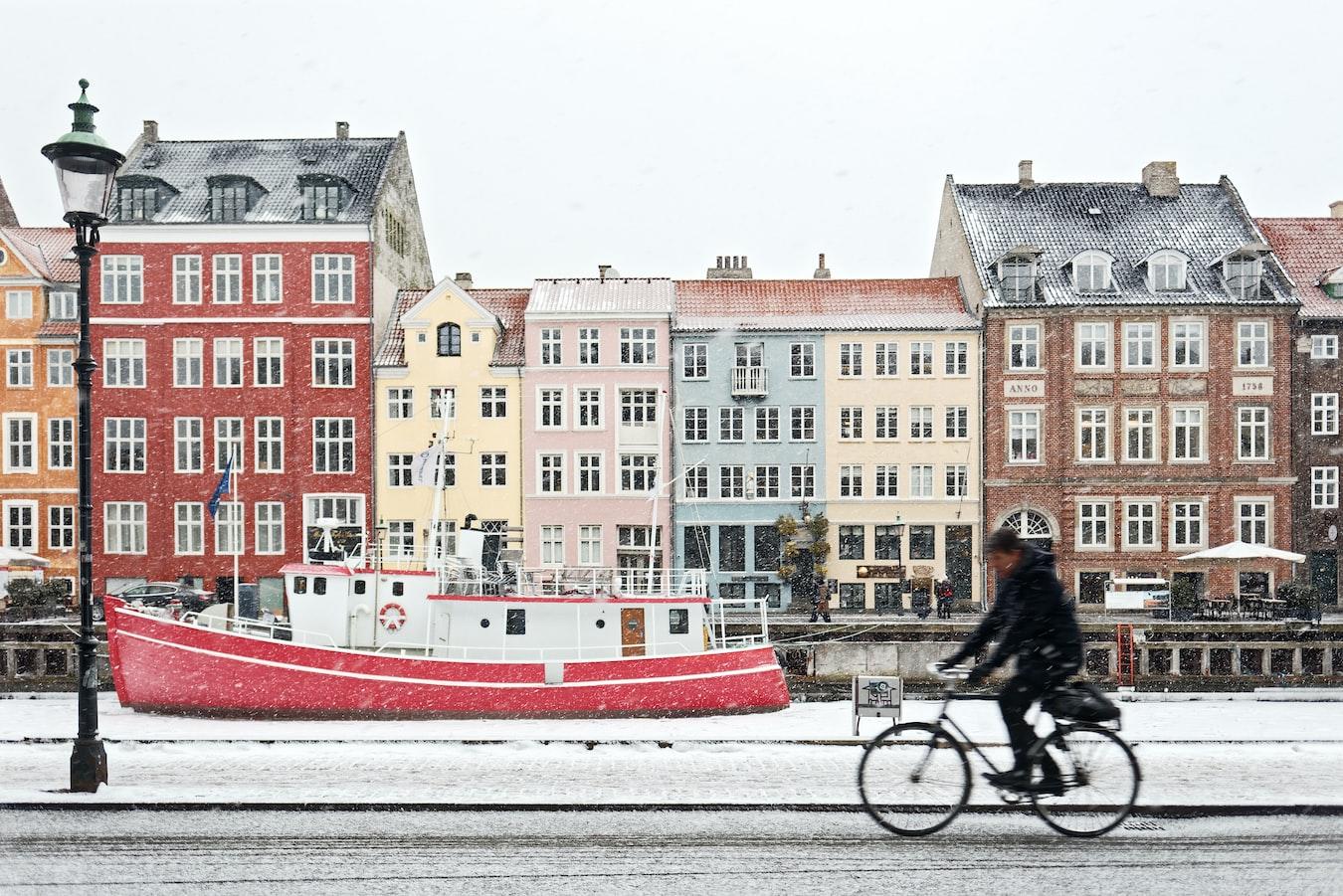 Homem pedala na neve em Copenhague, Dinamarca