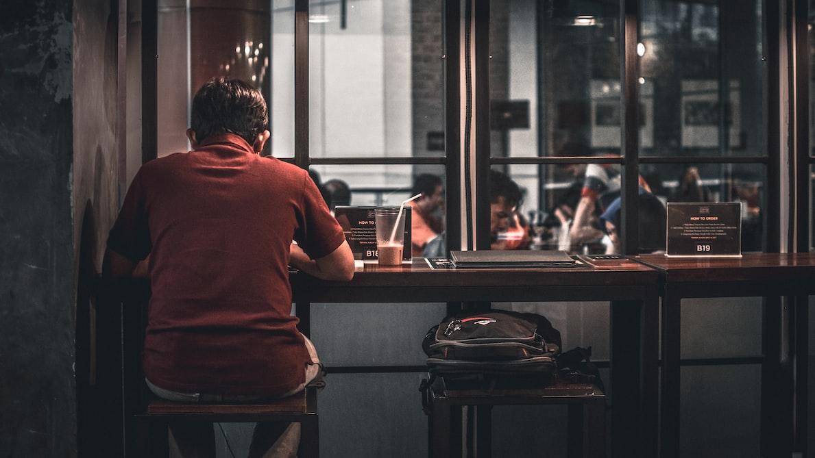 persona sola al tavolo di un ristorante