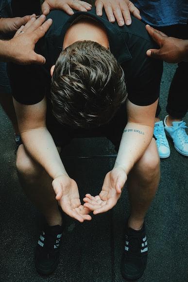 Un homme désespéré.   Photo : Unsplash