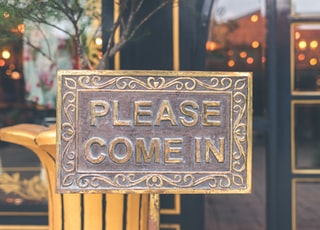 please come in signboard during daytime