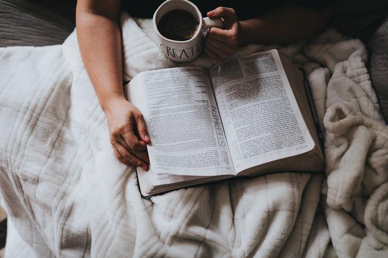 コーヒーを飲みながら読書する人