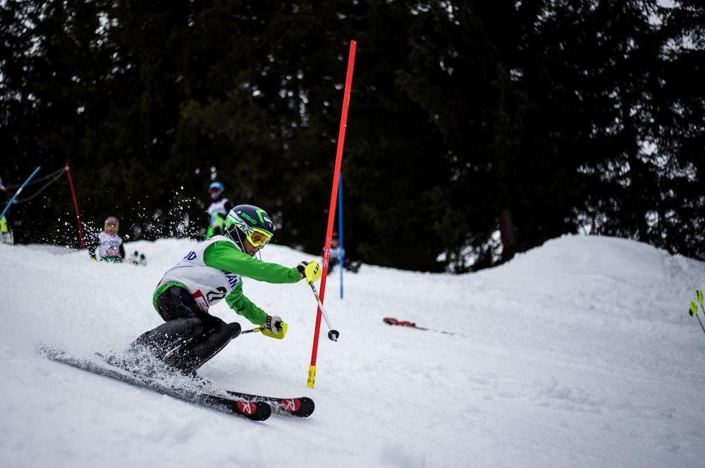 persona esquiando slalom