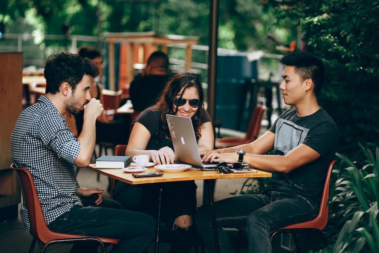 """Μπορεί να είσαι ψαρωμένο πρωτοετάκι, φοιτητής που έχει πάρει το """"κολάι"""", νέος γενικότερα (στην ηλικία, στην ψυχή ή και στα δύο)... Σε οποιαδήποτε κατηγορία και αν ανήκεις, αποκλείεται να μη γνωρίζεις για την Πανεπιστημιούπολη της Θεσσαλονίκης. Σίγουρα όταν πρώτο-σκέφτεσαι αυτήν τη λέξη, σοβαρός όπως είσαι, φαντάζεσαι πρωινές διαλέξεις, εργαστήρια, ορκωμοσίες (Μην χασμουριέσαι όμως!)."""