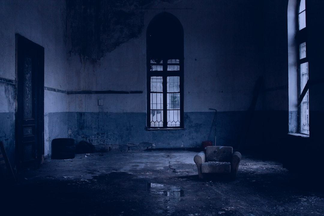 Белый мягкий кресло возле оконного стекла