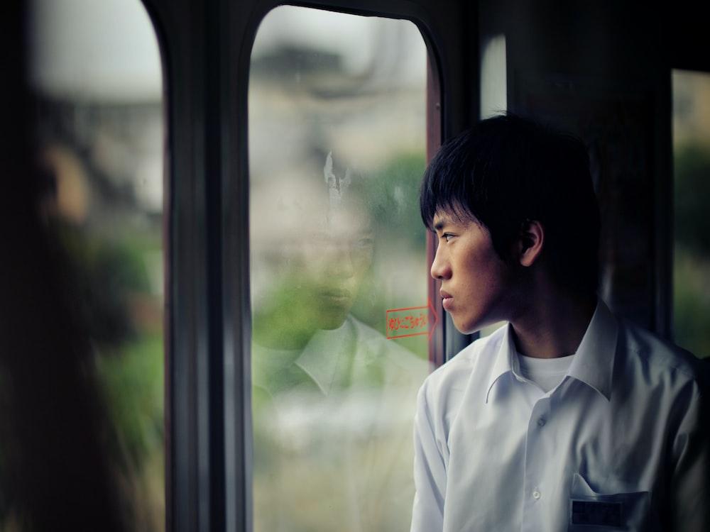 man in dress shirt standing in front of glass door, dikhianati sahabat, sahabat yang pengkhianat, ditinggal teman, teman yang bisa mudah mengkhianatimu