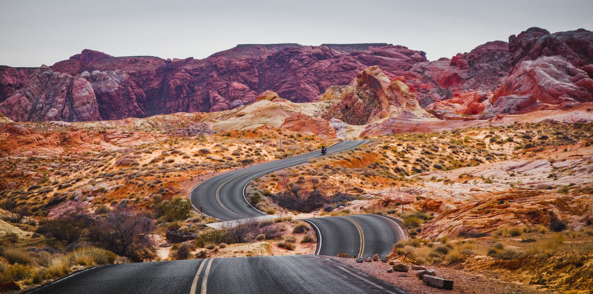 We left Las Vegas behind us and some hours later we entered the Valley of Fire State Park. Beautiful rocks with their soft colors. When the road made these beautiful curves we could not to drive a bit back and take this picture.