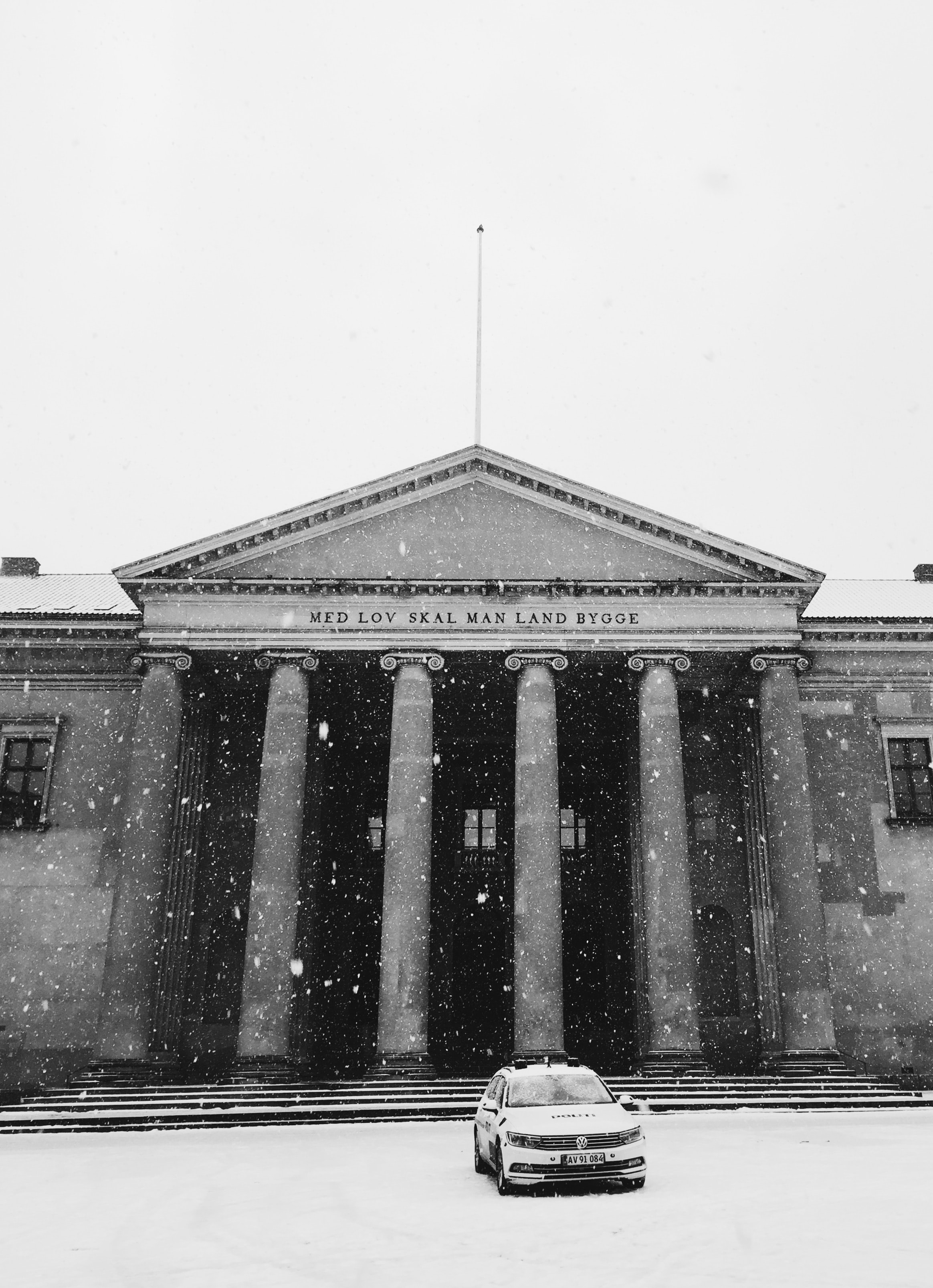 Medlov Sxal man Land Bygge building with snow