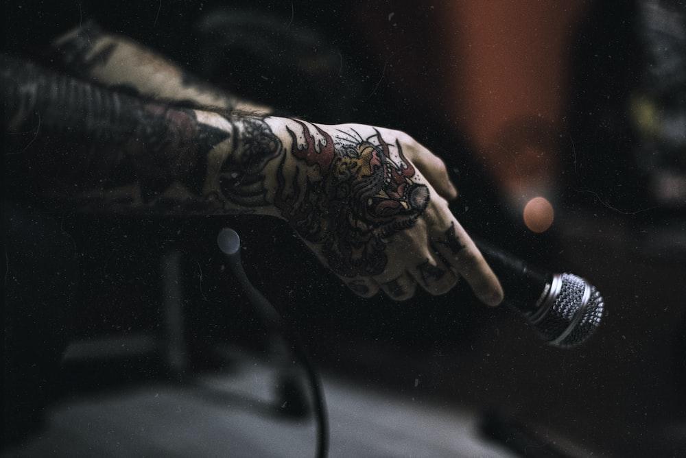 bàn tay có hình xăm