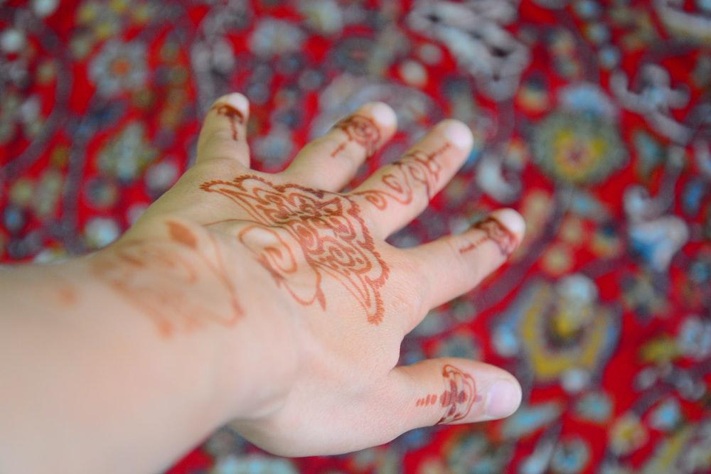 一時的な刺青の入れ墨を持つ人