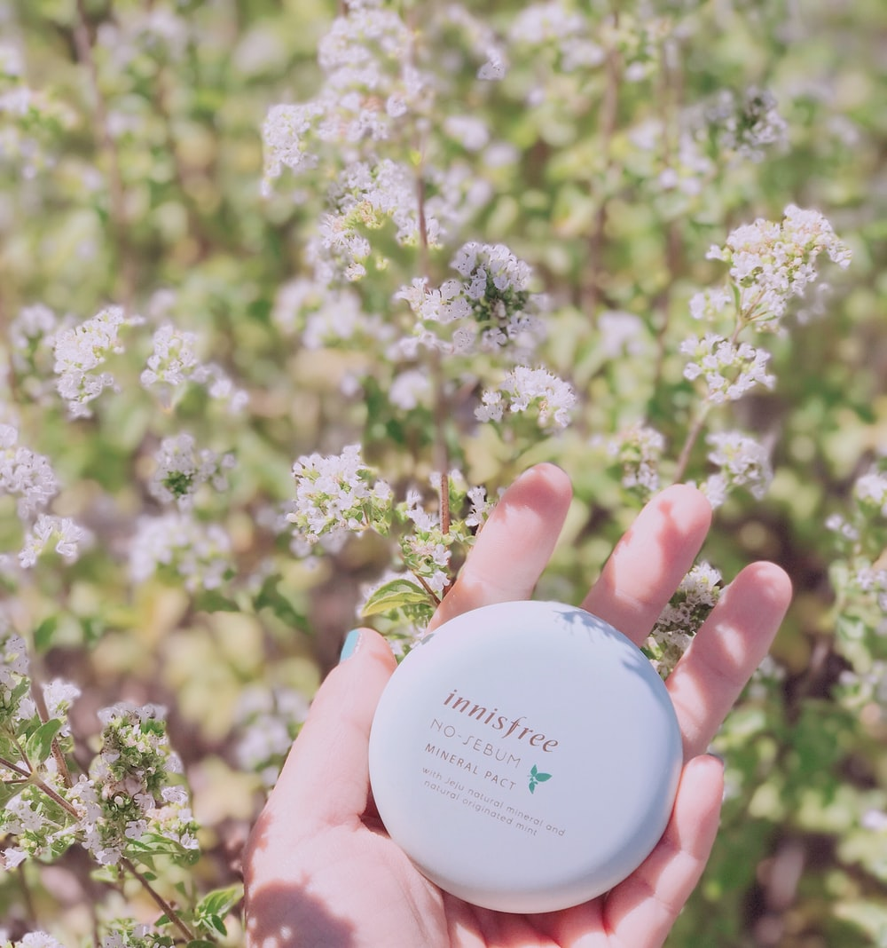 person holding Innisfree mineral pack