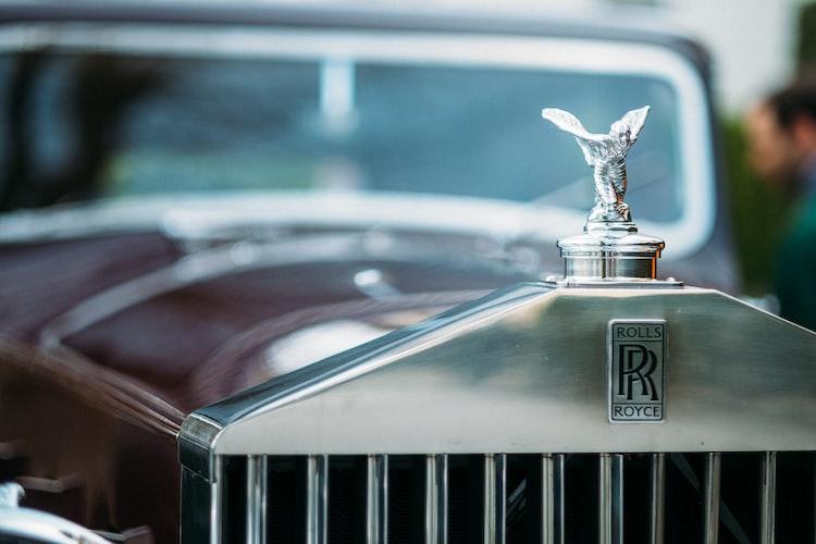 A Rolls Royce emblem