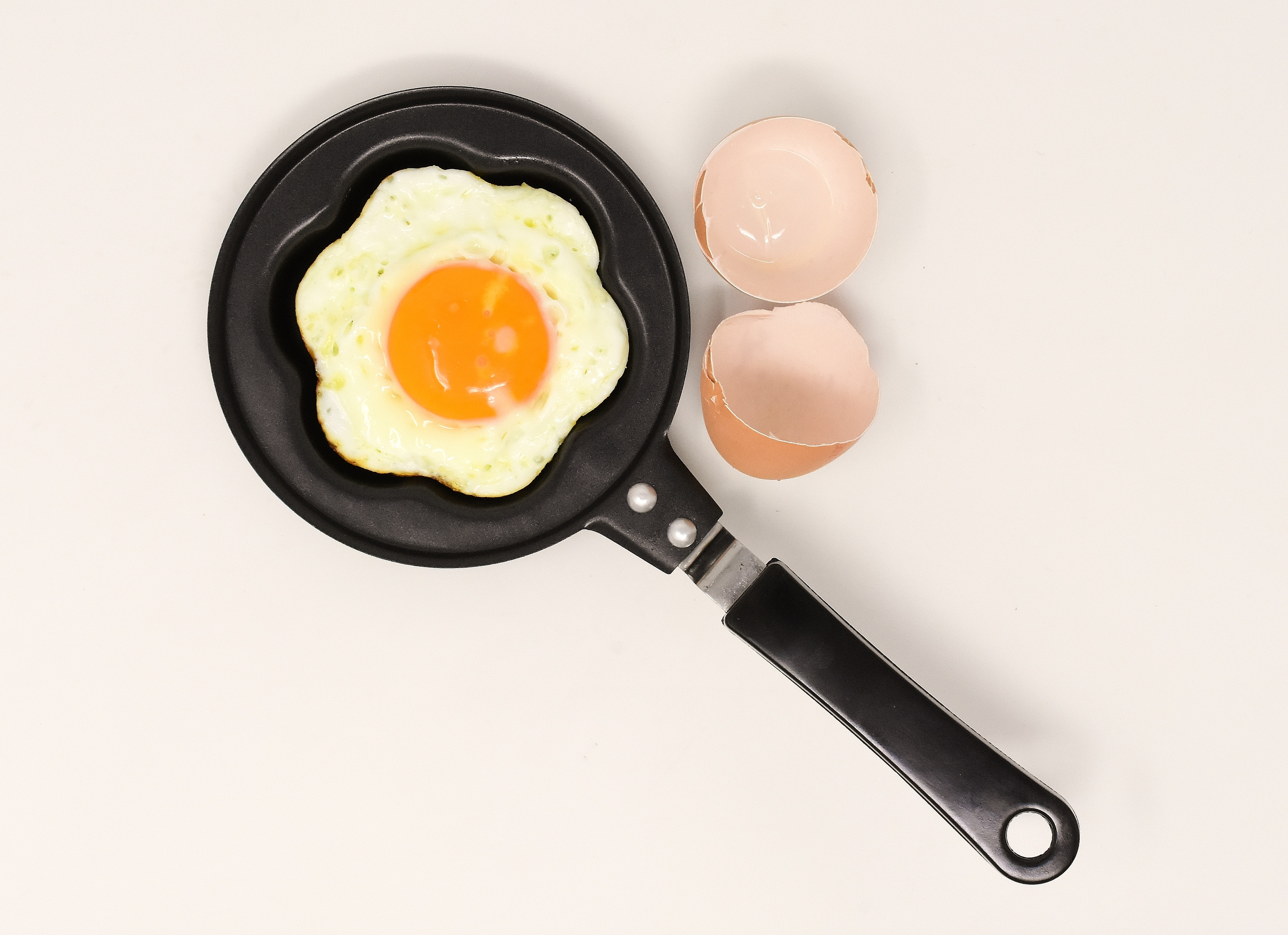 sunny side up egg on frying pan