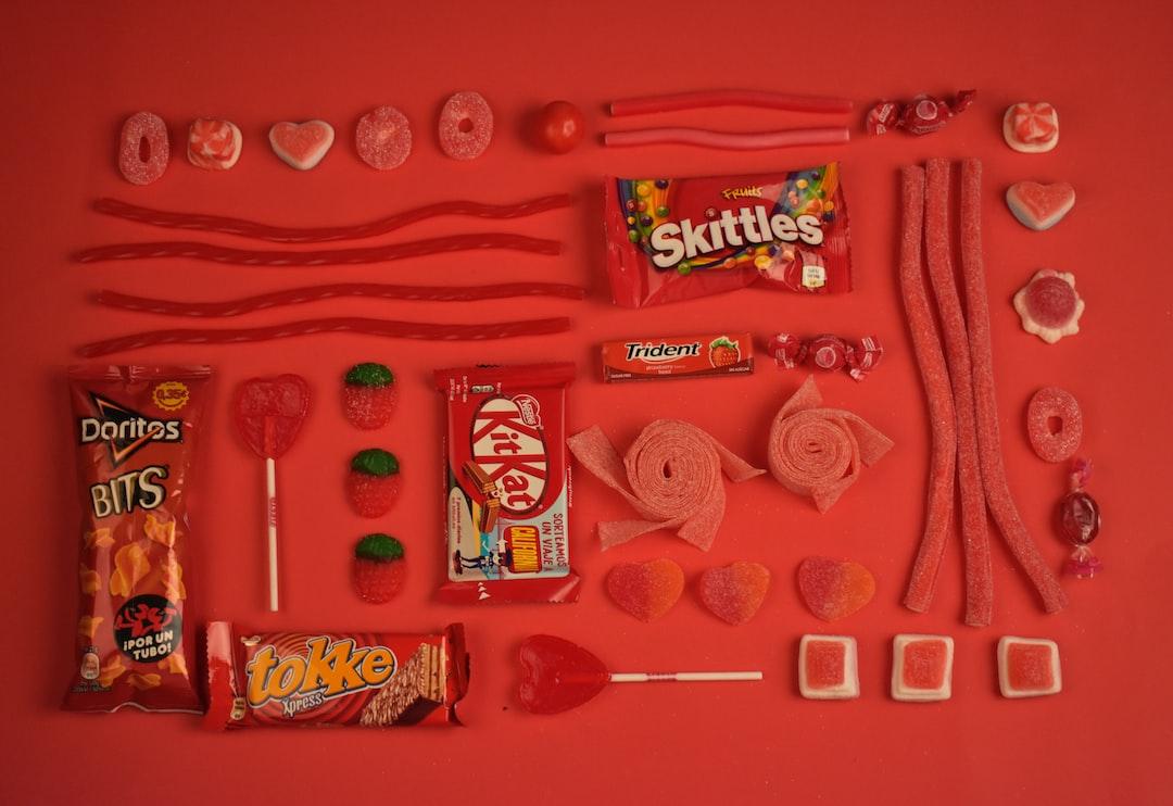 Comida Basura. Una composición de comida, dulces, chocolates, gomitas y más basura que comemos día con día. Esta representación es una muestra de como nos presentan a lo que llaman comida, cuando en realidad es basura dañina para nuestra salud y nos venden una idea falsa.