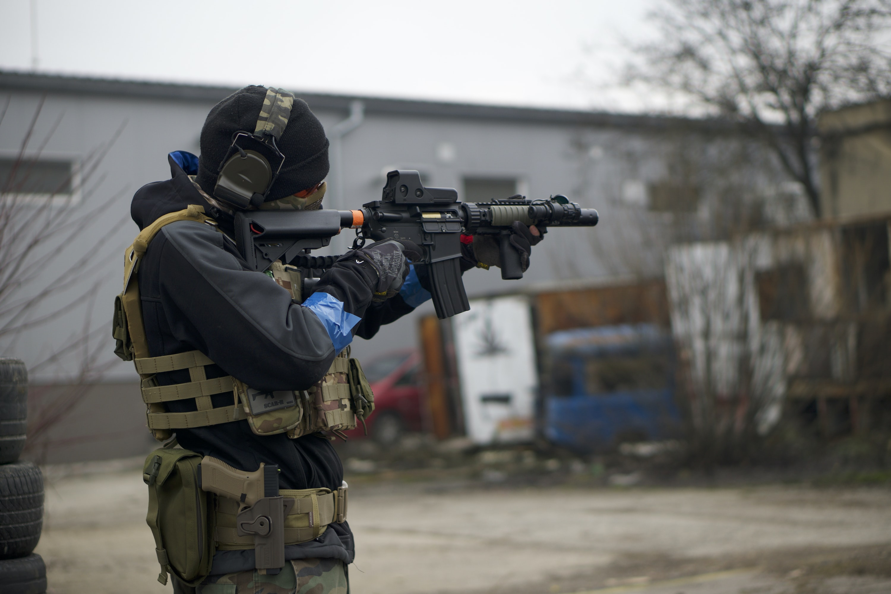 soldier holding assault rifle at daytime