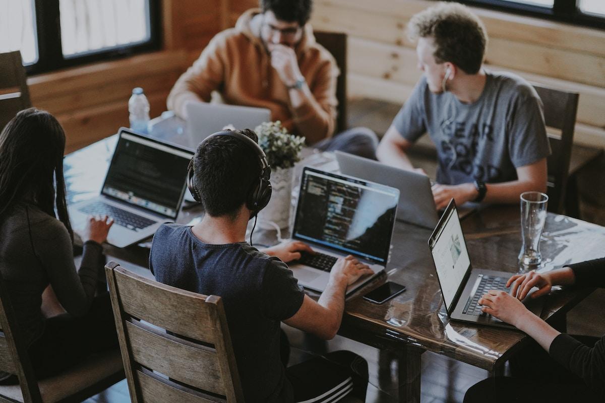 mínimo produto viável (mvp) group of people using laptop computer
