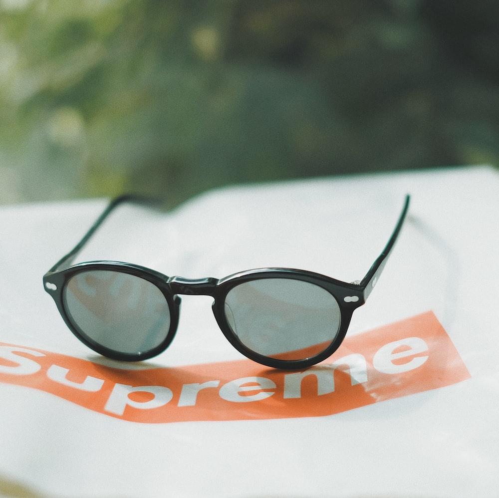 shallow focus photography of black sunglasses