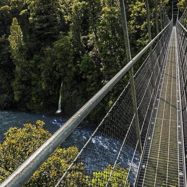 gray suspension bridge