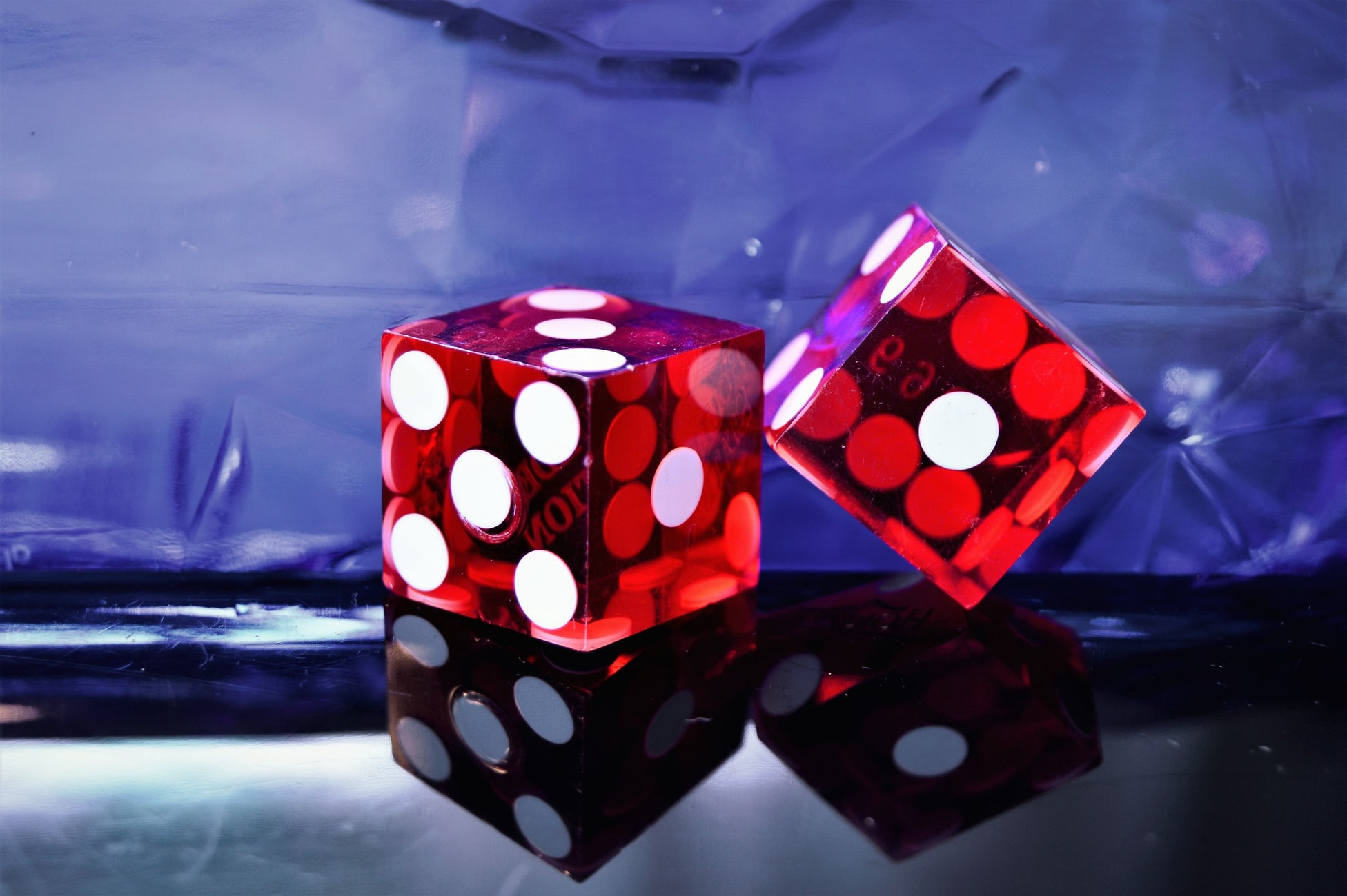 Red Dice Closeup Photography von Jonathan Petersson