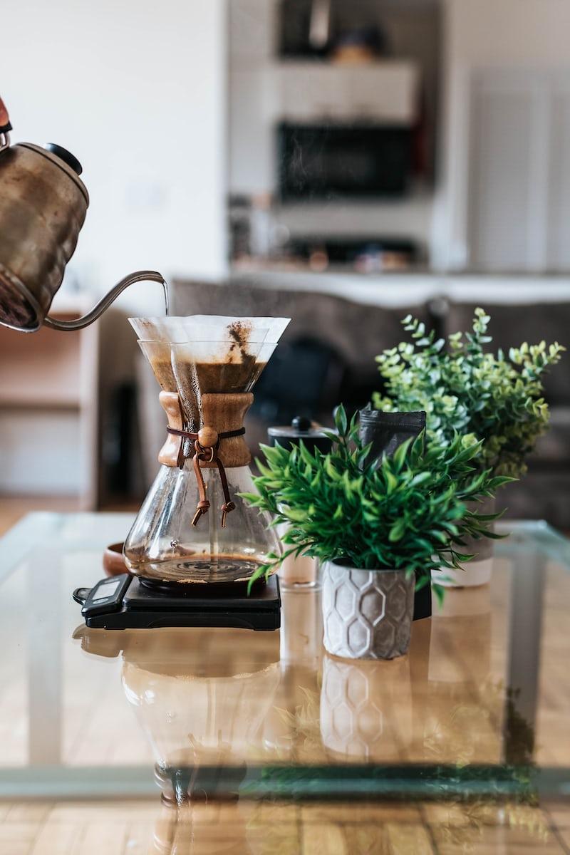 Kaffee wird frisch in einer Chemex zubereitet